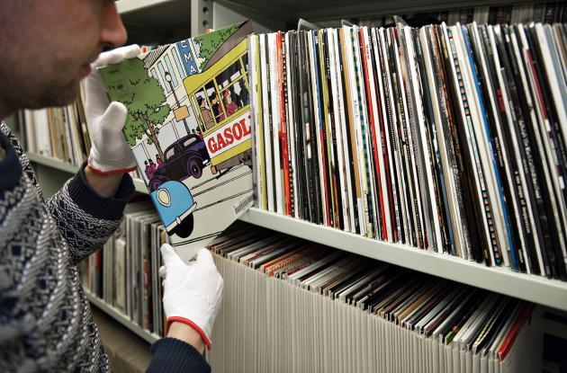 Medarbejder ved reoler med LP-plader