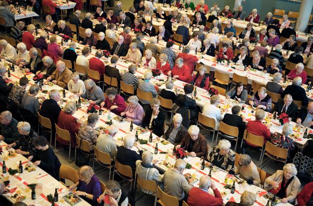Stort frokostbord med ældre medborgere