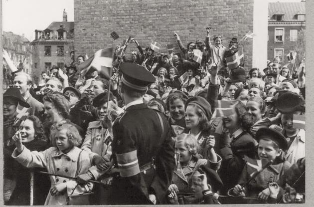 Befrielsen 1945: Folkemængde og dansk politi med frihedskæmperarmbind på Christiansborg Slotsplads, maj 1945