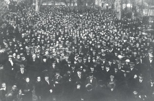 HP Hanssen gives a speech from the balcony in Folkehjem on November 17, 1918.