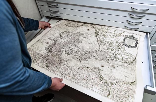 Employee presents map of Denmark from Det Kgl. Bibliotek's collections