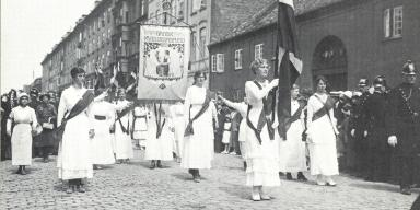 Women in demonstration march for suffrage 1915