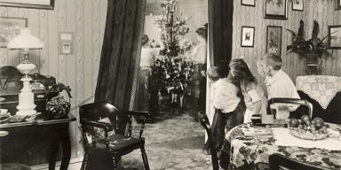 Juletræet tændes. Et højdepunkt for mange børn 24. december. Foto: Hans Ellekilde 1943. DFS B.nr. 00986.