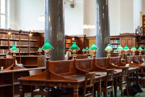 Læsesal med klassiske grønne læsesalslamper. Det Kgl. Bibliotek