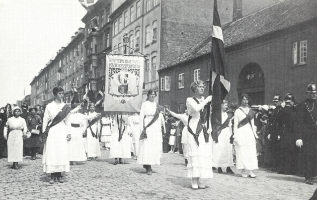 Kvinder i demonstrationstog for valgret 1915