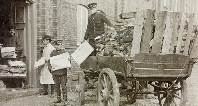 Newspapers are loaded by horse-drawn carriage at the Statens Avissamling Aarhus 1918