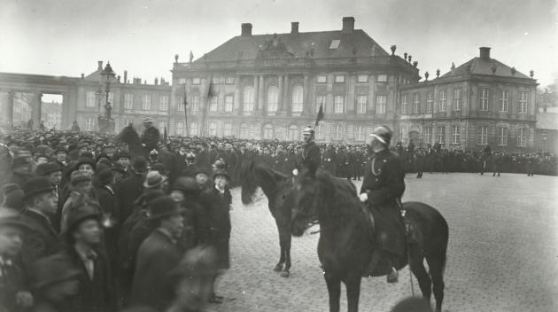 Demonstration på Amalienborg Slotsplads under påskekrisen.