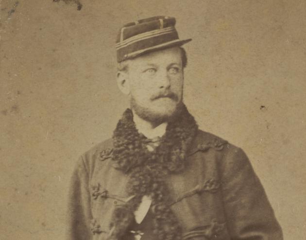 Adolph Wilhelm Dinesen i uniform, Paris 1871. Karen Blixens far, Wilhelm Dinesen, er en af flere danskere, der kæmper for Frankrig i den Fransk-Preussiske krig.