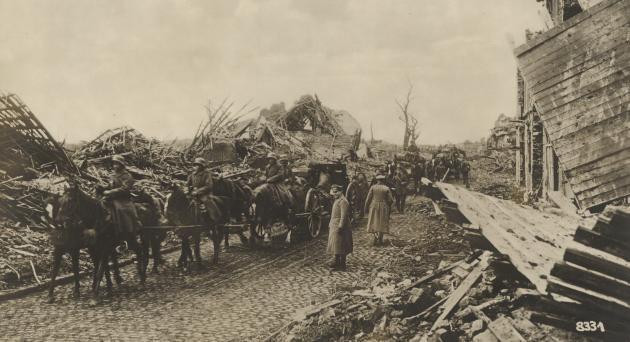 Første verdenskrig: Tyske tropper passerer en sønderskudt By