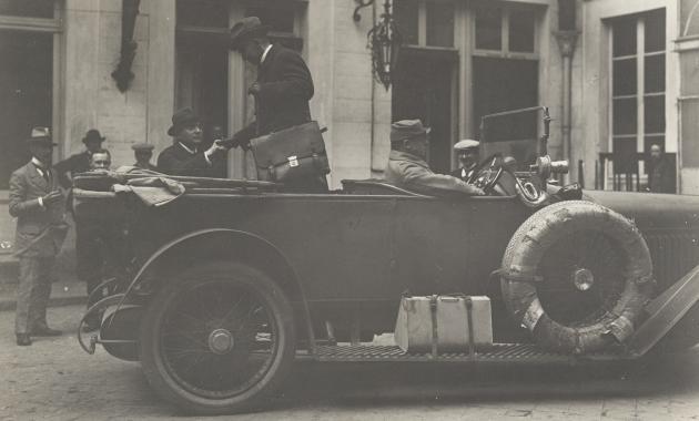 Fra Fredskonferencen i Versailles den 7. Maj 1919. Den tyske Kurer, som bragte Fredsbetingelserne til Berlin forlader om Aftenen Hotellet.