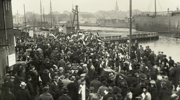 Samlingssted for stemmeberettigede ved havnen i Aabenraa, 1920.