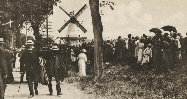 Folkemængden ved Dybbøl-Mølle. Genforeningsfesten 1920