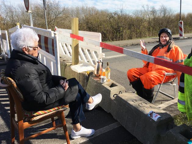 Henrik Frandsen, Tønders borgmester, stødte på Inga Rasmussen og Karsten Tüchsen, der henover grænsen deler kaffepunch.
