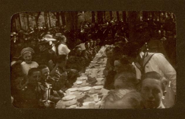 Privatoptagelser fra festlighederne i forbindelse med Genforeningen 1920. Sønderjysk kommando indtager et af de berømmede sønderjyske kaffeborde.
