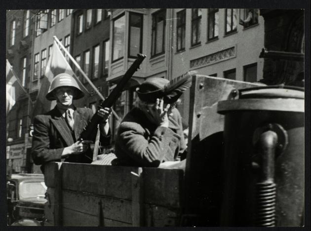 Befrielsen 1945: Frihedskæmper bevogter ældre dame på ladet af lastvogn
