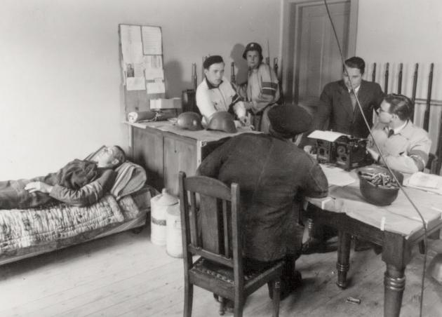 Befrielsen 1945: Frihedskæmpere afhører mistænkt