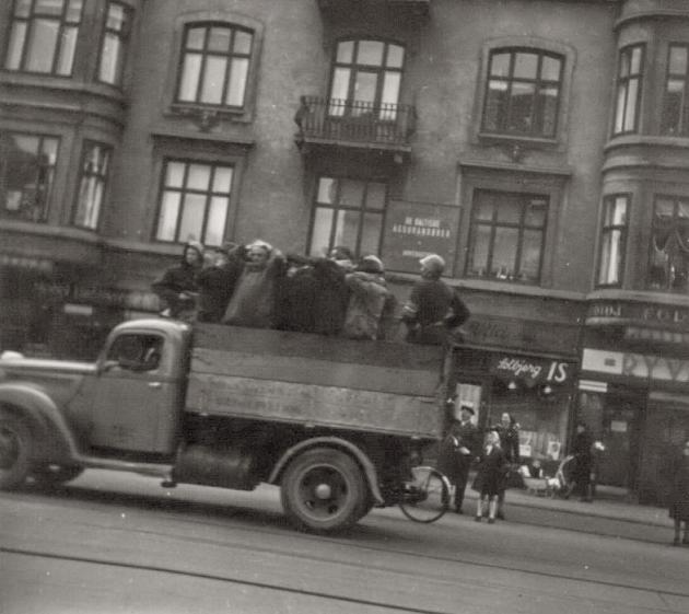 Befrielsen 1945: Mistænkte transporteres på ladet af lastbil