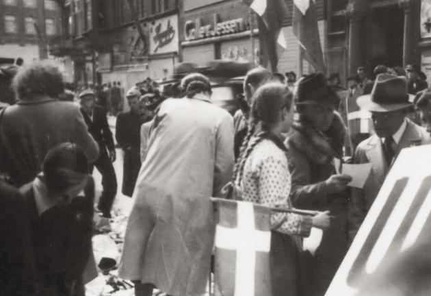 Befrielsen 1945: Menneskemængde med flag ved befrielsen