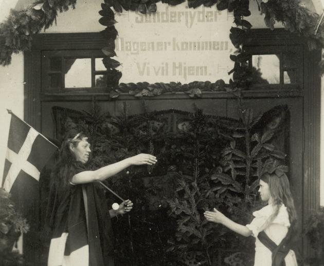 Mange steder i Nordslesvig opførte man i anledning af Genforeningen tableauet, hvor mor Danmark modtager den hjemvendte sønderjyske datter.