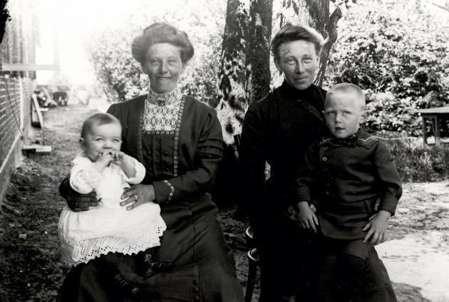 Billedserien med dansksindede Rømøboere er optaget i begyndelsen af 1. verdenskrig. Det er bemærkelsesværdigt, at meget få mænd mellem 17 og 45 år optræder på billederne. Her er det Anna Martinsen med sine drenge Thomas og Martin og en kvinde, som vi ikke kender navnet på.
