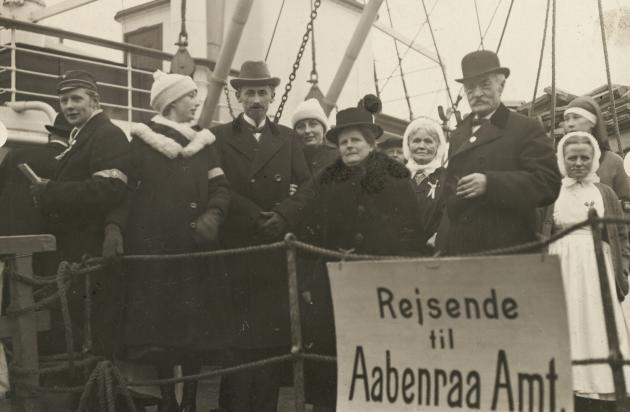 Familien Skrumsager-Madsen om bord på Dronning Maude for at afgive deres stemme ved afstemningen i zone 1. Det er Jutta, der har sørget for skibslejlighed til de mange stemmeberettigede.