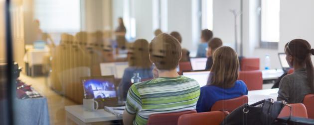 Studerende med laptops i mødelokale