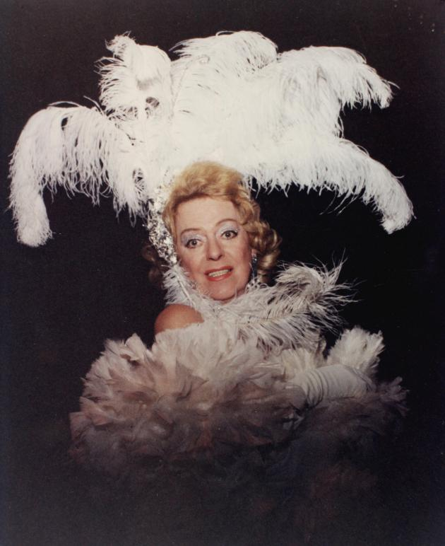 Christina Jorgensen poserer i hvid fjerdragt