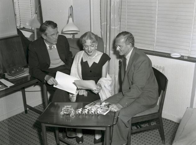 Christine Jorgensen, psykiateren Georg Stürup og lægen Christian Hamburger kigger på papirer