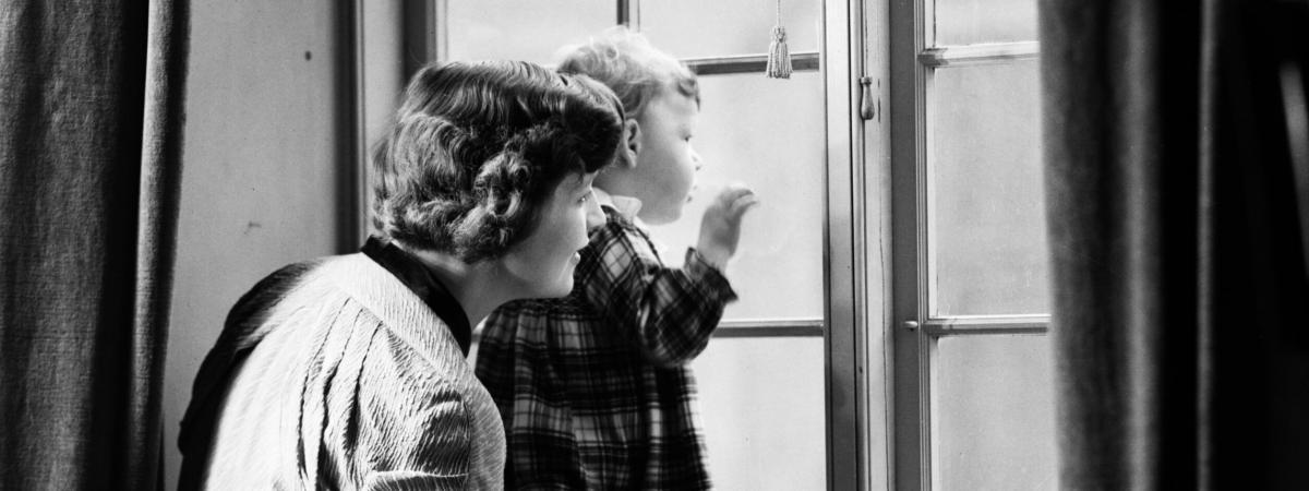Mor og børn venter ved vinduet